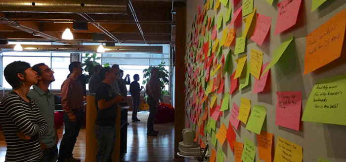 """Post-it Concept Wall"" por Jennifer Morrow. Atribuição BY CC 2.0"