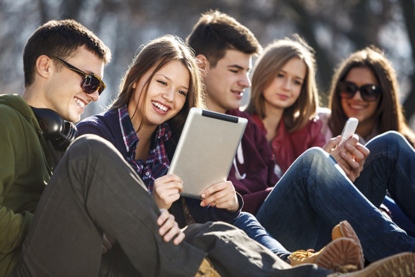 Jovens com Tablet